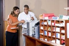 документирует multiracial работу работников офиса Стоковые Фотографии RF