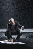 Документы бизнесмена выдержанные рудоразборкой в дожде Стоковая Фотография RF