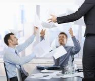 документы бизнесменов бросая вверх стоковые изображения rf