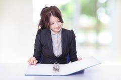 Документы взгляда женщины дела на офисе Стоковые Изображения RF