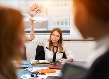 Документы девушки угрожающе размахивая в офисе Стоковые Изображения RF