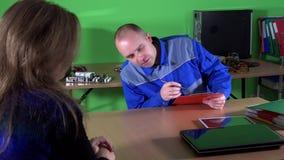 Документы знака человека ремонта компьютера экспертные с женщиной клиента акции видеоматериалы