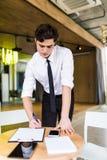 Документы или контракт подписания бизнесмена в официально носке Стоковые Изображения