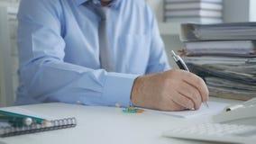 Документы и контракты бухгалтерии изображения главного бухгалтера подписывая стоковое фото rf