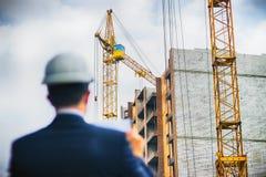 Документы и поток операций проверки инженера архитектора на новом здании стоковая фотография