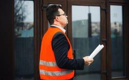 Документы и поток операций проверки инженера архитектора на новом здании стоковые изображения