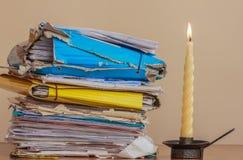Документы, который нужно прочитать в свете свечи Стоковые Изображения RF