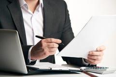 Документы согласования чтения бизнесмена Стоковые Изображения