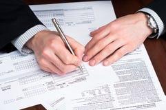 документы стола заполняя людей вне стоковая фотография rf