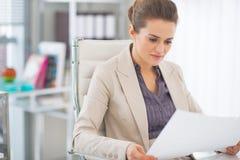 Документы счастливой бизнес-леди рассматривая Стоковые Изображения RF