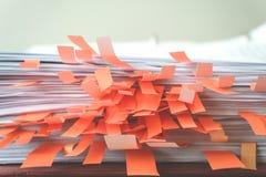 Документы с липкими закладками стоковые изображения