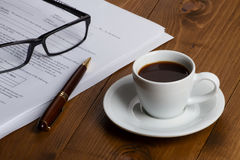 Документы с ручкой, стеклами и кофейной чашкой Стоковая Фотография RF