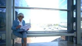 Документы чтения бизнес-леди на проломе сток-видео