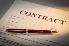 Документ и ручка контракта на предпосылке стоковые фотографии rf