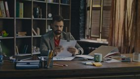 Документ подписания бизнесмена на офисе Утомленный человек работая с бумагами сток-видео