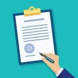 Документ подписания человека Контрольный списоок руки заполняя на доске сзажимом для бумаги Стоковое фото RF