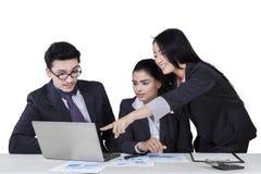 Документ работника представляя на ее партнерах Стоковая Фотография RF