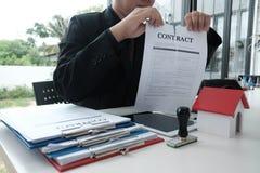 Документ согласования бизнесмена срывая ломать подряд Стоковая Фотография RF