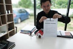 Документ согласования бизнесмена срывая ломать подряд Стоковые Изображения RF