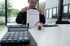 Документ согласования бизнесмена срывая ломать подряд Стоковое Изображение RF