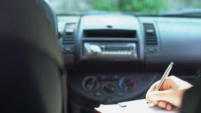 Документ торговца заполняя в автомобиле и трясти руку покупателя, автоматическое приобретение, согласование акции видеоматериалы