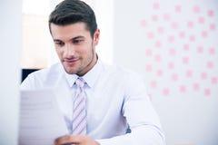 Документ чтения бизнесмена в офисе Стоковая Фотография RF