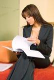 Документ чтения молодой женщины Стоковое Изображение