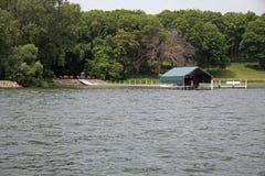 Док и укрытие шлюпки на озере Стоковая Фотография RF