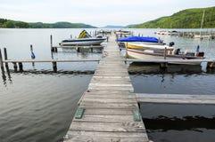 Док и шлюпки на спокойном озере Стоковое Изображение