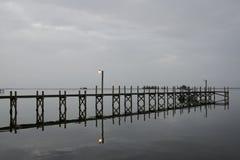 Док на зоре на пасмурный день Стоковые Изображения RF