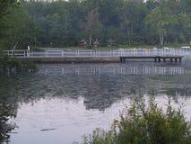 Док на парке штата Tobyhanna в Tobyhanna, PA Стоковые Изображения RF