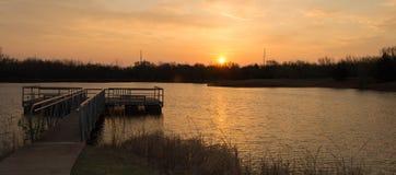 Док рыбной ловли на утре осени озером Стоковое Фото