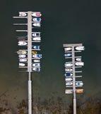 Док со шлюпками увиденными от воздуха стоковые фотографии rf