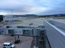 Док с тоннелями пассажира на авиапорте Цюриха, ZRH, Швейцарии Стоковая Фотография