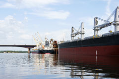 Док для грузових кораблей и моста Стоковые Изображения RF