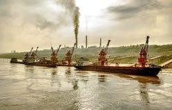 Док en fabriek берега реки Стоковые Фотографии RF