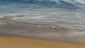 Долгая выдержка воды на пляже стоковые изображения