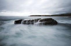 Долгая выдержка волн разбивая на стоге моря стоковая фотография