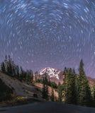 Долгая выдержка захватывает следы звезды вокруг полярной звезды Стоковое Фото