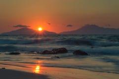 Долгая выдержка моря на золотом часе, как солнце устанавливает стоковое фото rf