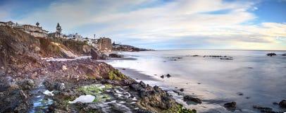 Долгая выдержка ровной воды на пляже улицы горы Стоковые Фотографии RF