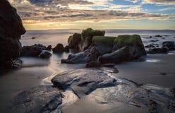 Долгая выдержка ровной воды на пляже улицы горы Стоковое фото RF