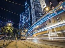 Долгая выдержка трамваев Гонконга принятая на ночу с светлыми следами стоковая фотография