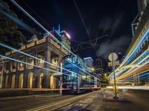 Долгая выдержка трамваев Гонконга принятая на ночу с светлыми следами стоковые фотографии rf