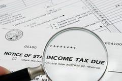 должный налог взимаемый властями штата извещении о дохода Стоковые Фото