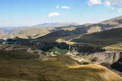 Долина в горах Кавказа с змейчатой дорогой, Россией Стоковые Изображения
