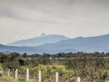 Долина в положении Халиско Мексики с вулканом Колимы стоковые изображения rf