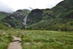 Долина Глен Невиса с водопадом Steall, вторая самой высокой в Шотландии, Fort William, Lochaber, гористых местностях, Великобрита стоковое изображение rf