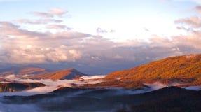 долина гор тумана осени сценарная Стоковое Изображение