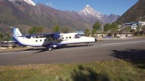 Долина Khumbu, Непал Октябрь 2017: Воздушные судн посадки Lukla в Гималаях акции видеоматериалы